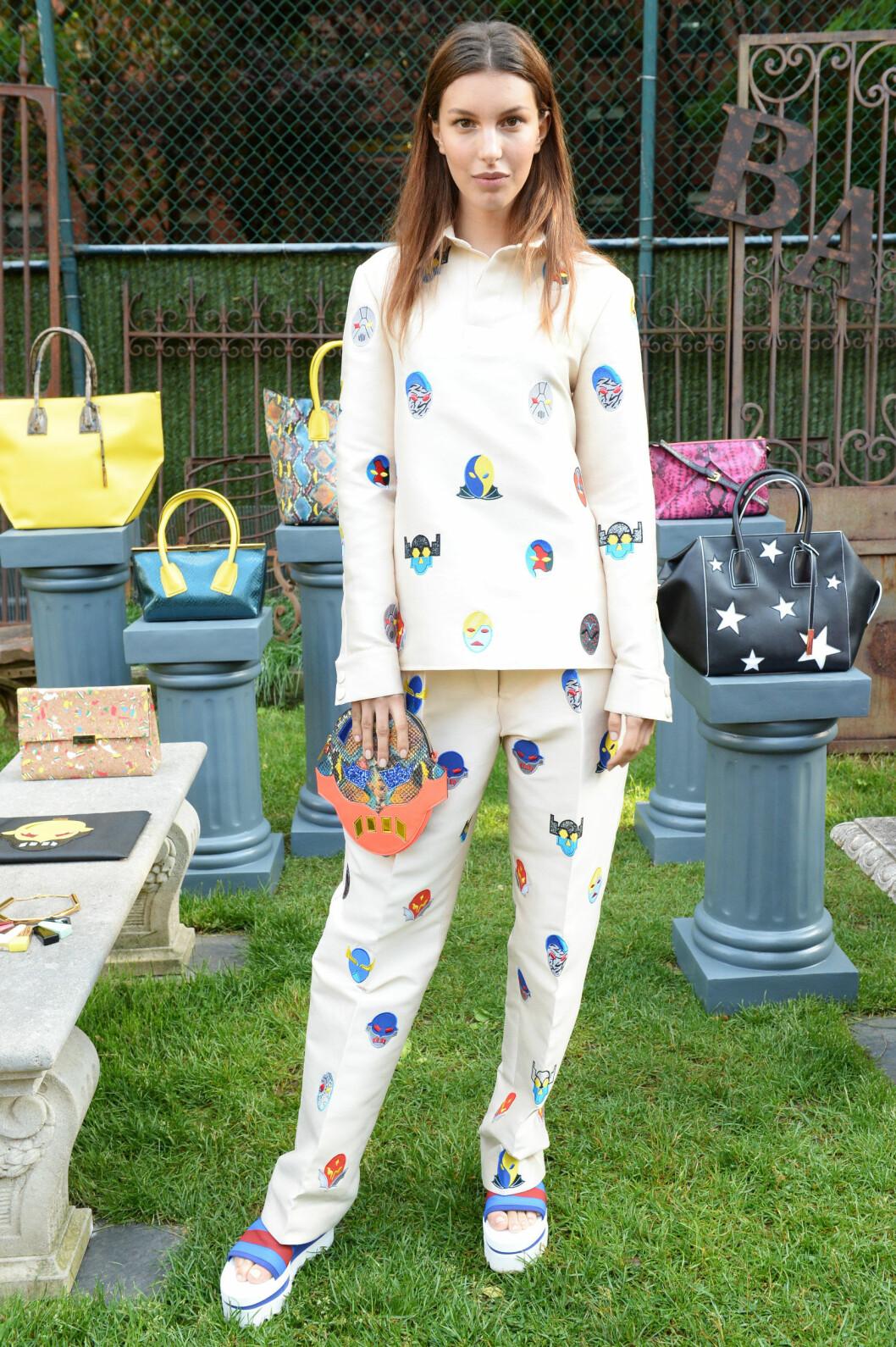 PRINT MED SMÅ FARGERIKE SUPERHELTER: Stella McCartney liker å ha med humoristiske detlajer i sine kolleksjoner, og disse glade små ansiktene er hennes superhelter for superkvinner, har hun sgat til Vogue.com.  Foto: Splash News/ All Over Press