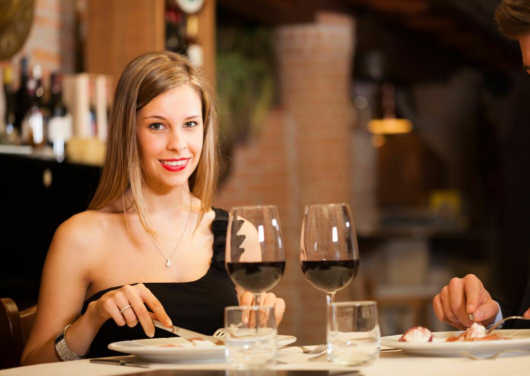 VIN TIL MATEN: Kanskje har vi har latt oss inspirere av franskmenn, italieneres mat- og vinkultur. Det er nemlig særlig vinforbruket vårt som har gått opp, og tallene viser at vi ofte velger pappvin framfor flasker. Foto: Minerva Studio - Fotolia