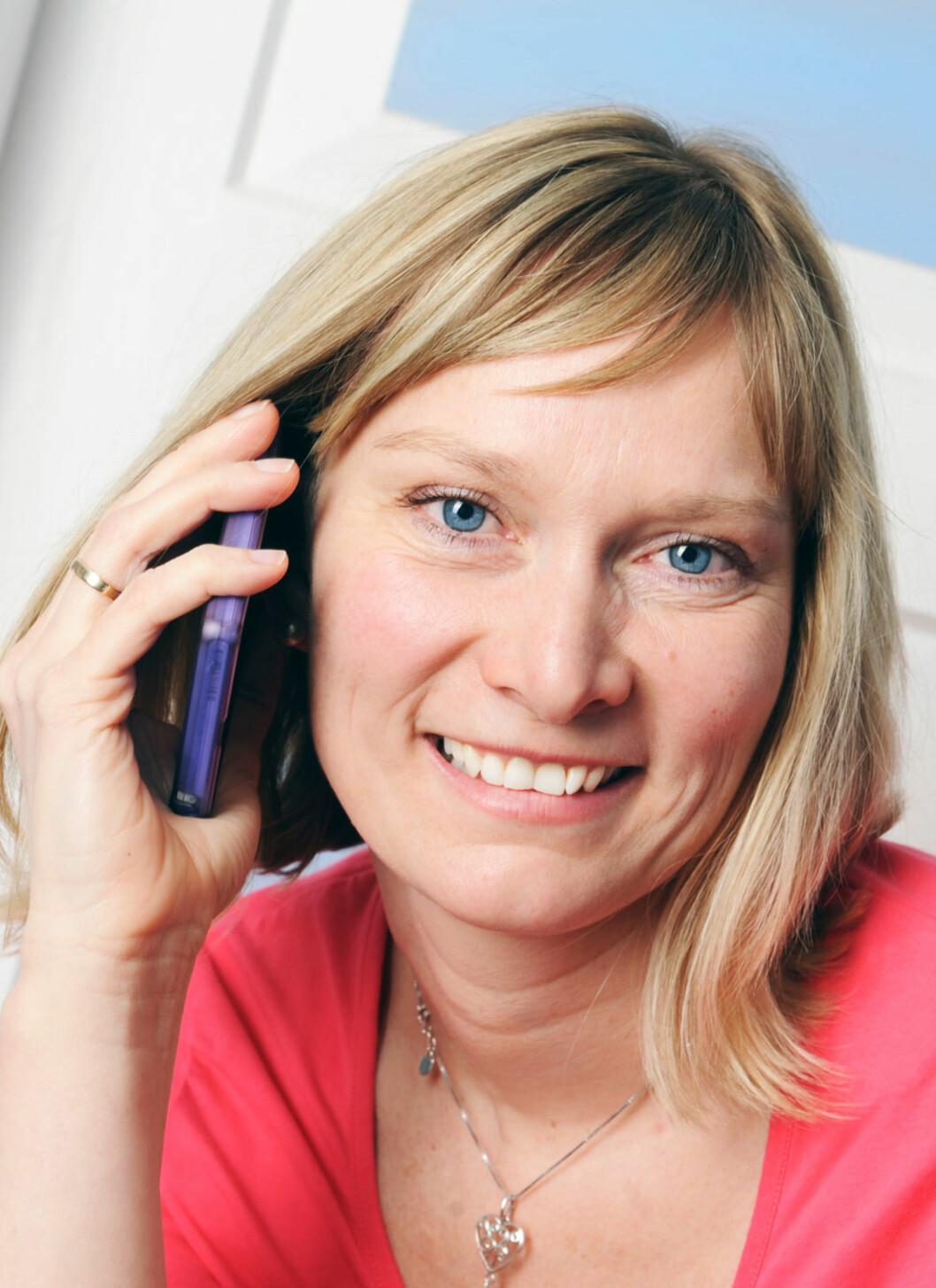 <strong>KAN RINGE:</strong> Nå kan Lina Therese snakke i telefonen. Det betyr enormt mye, særlig når man bor på bygda.