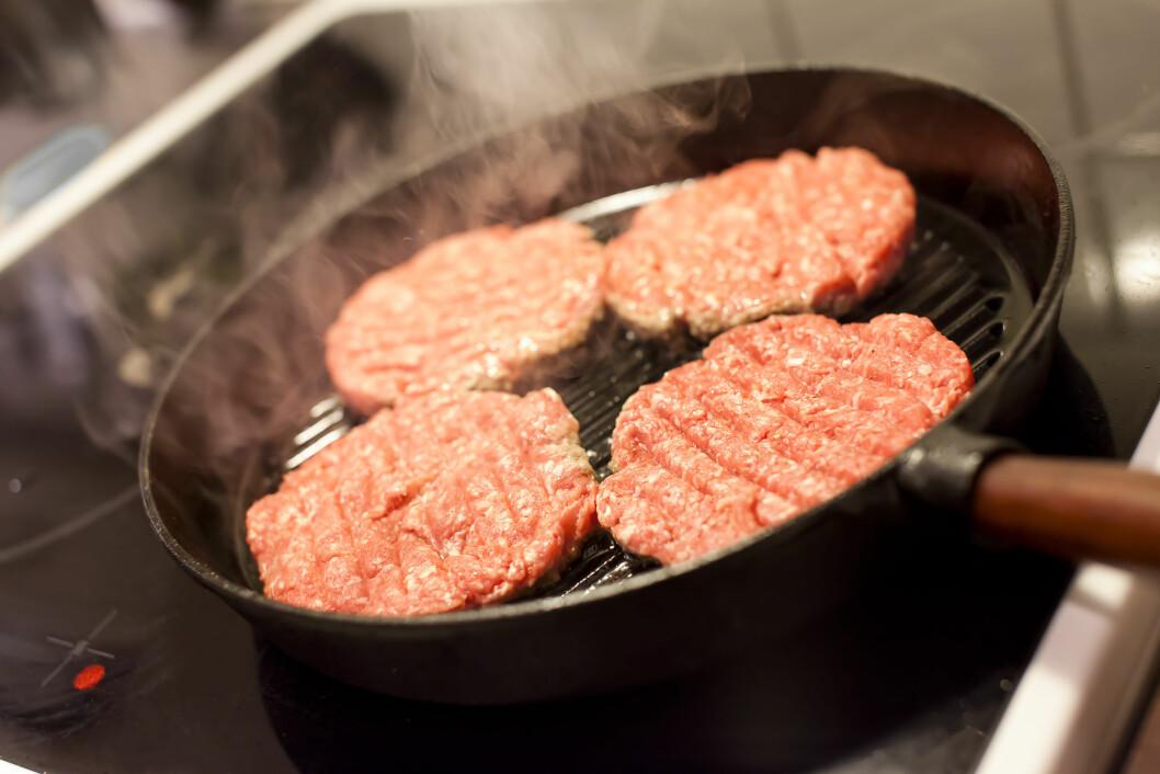 HØY VARME? Det er den vanligste årsaken til at det ryker unødvendig mye når du lager mat.  Foto: Multiart - Fotolia
