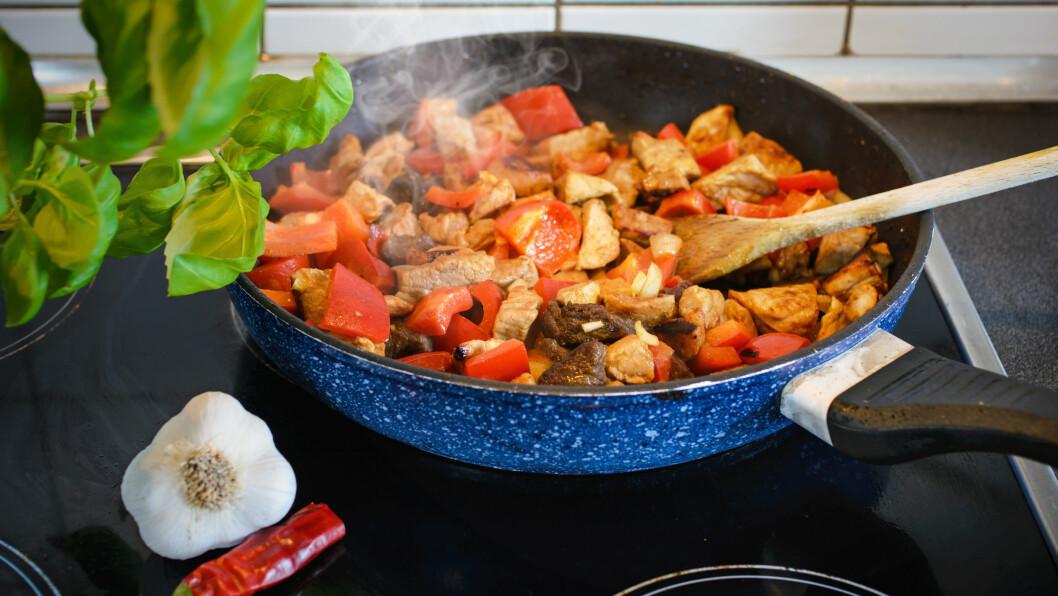 RYKER DET? Det er ikke et ukjent fenomen at det ryker når du lager mat, men når det blir veldig mye kan det bli plagsomt. Ekspertene har råd for hvordan du kan unngå det.  Foto: Visions-AD - Fotolia