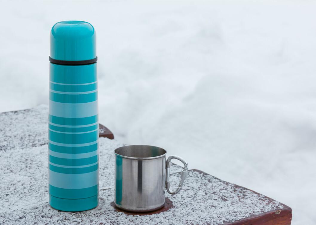 BLAND UT MED VANN: Et smart triks er å ta med seg en termos med varmt vann og blandet ut med snø. På den måten varer drikkevannet ditt mye lenger.  Foto: Sergii Shcherbakov - Fotolia