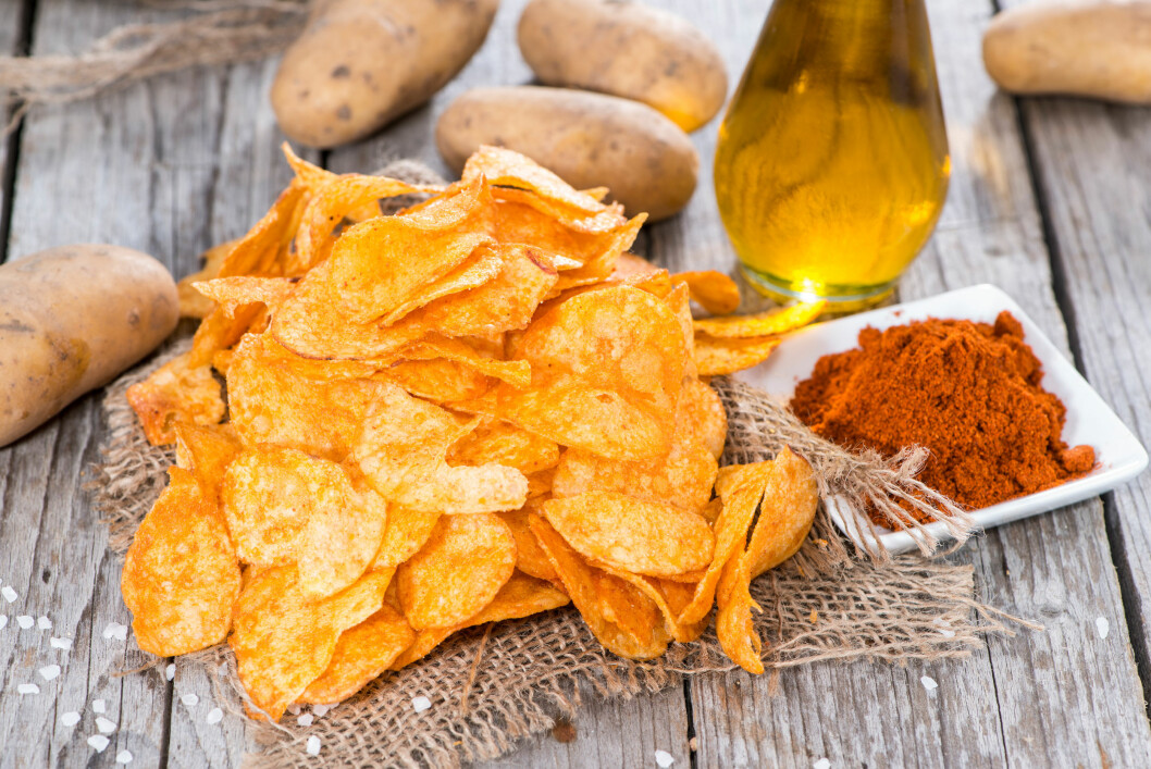 Heap of Paprika Potato Chips on rustic background Foto: HandmadePictures - Fotolia