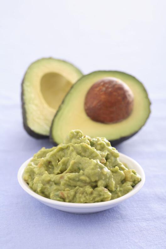 AVOKADOSTEINEN: Ta vare på avokadosteinen og legg den midt i guacamolen under oppbevaring. Den inneholder naturlige stoffer som hindrer misfarging, og hjelper derfor avokadoen å holde på sin naturlige grønnfarge.  Foto: REX/Stock Connection/All Over Press