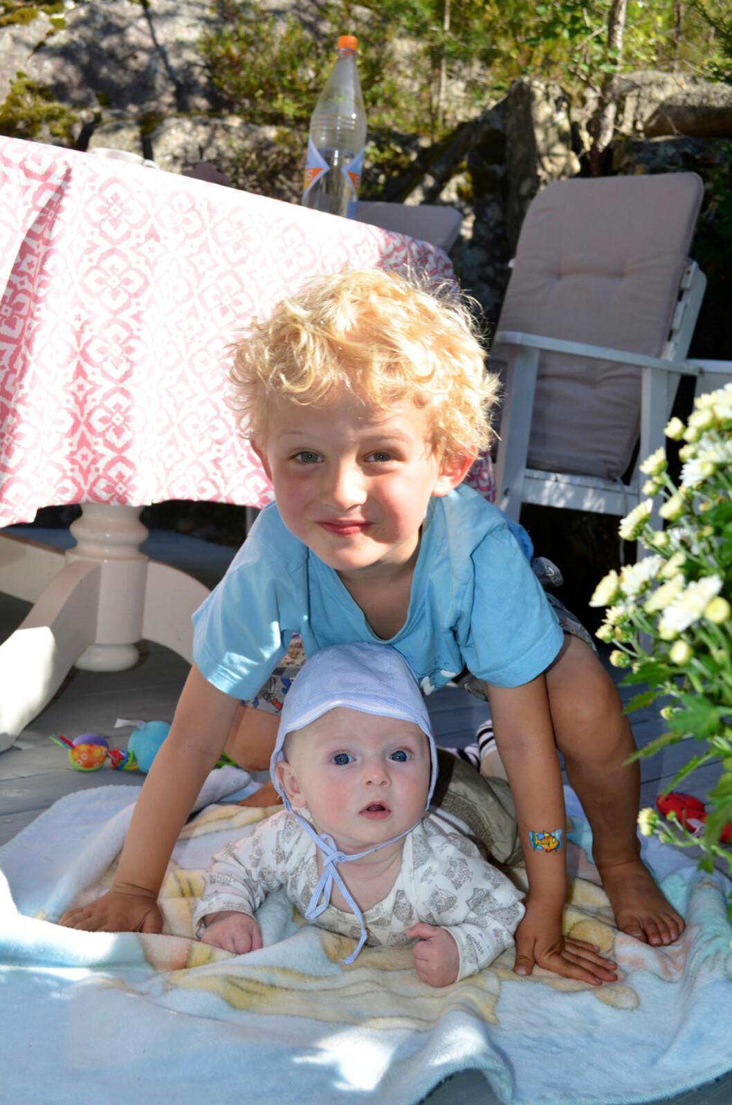 <strong>BRØDRE:</strong> Det er ikke alltid mamma orker å leke med Nikolai (4), men lillebror Oliver vil blien god lekekamerat med tiden.