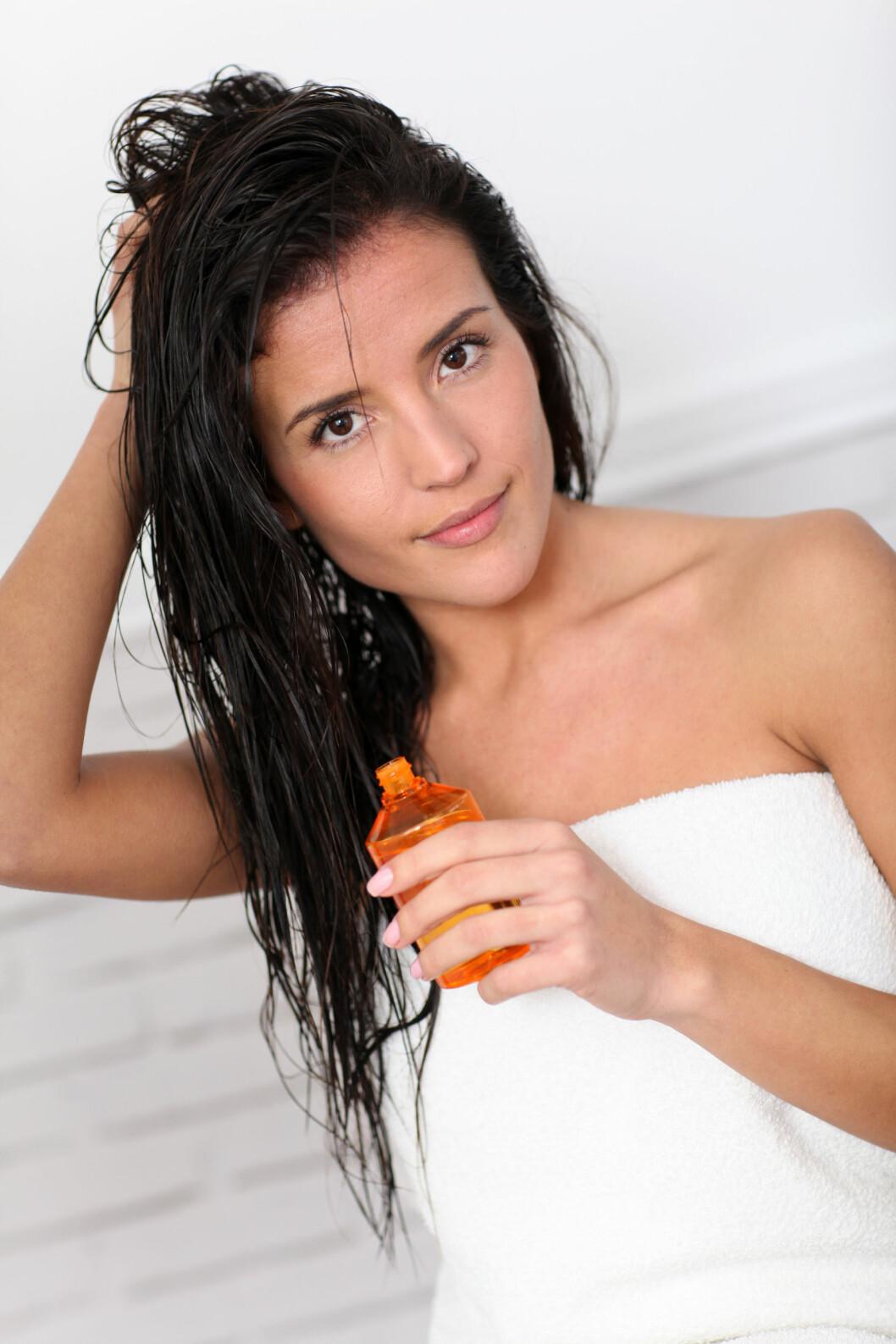 OLJE PLEIER: En god olje gir både hår og hodebunn fukt og pleie. Bare sørg for å vaske den godt ut fra hodebunnen, så slipper du fett, flatt hår.  Foto: goodluz - Fotolia