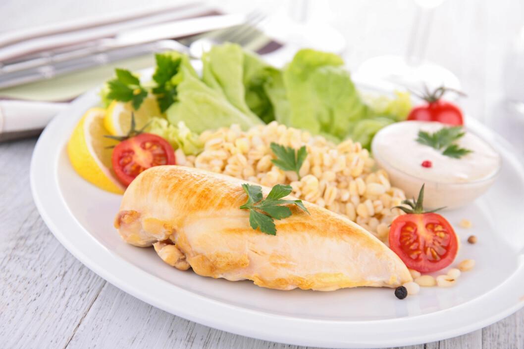 MYE BEDRE: Rent kyllingkjøtt (eventuelt storfe eller fisk), fullkornsris og en lettere saus kan spare deg for mye kalorier. Et måltid som dette inneholder bare litt over 400 kalorier.  Foto: M.studio - Fotolia