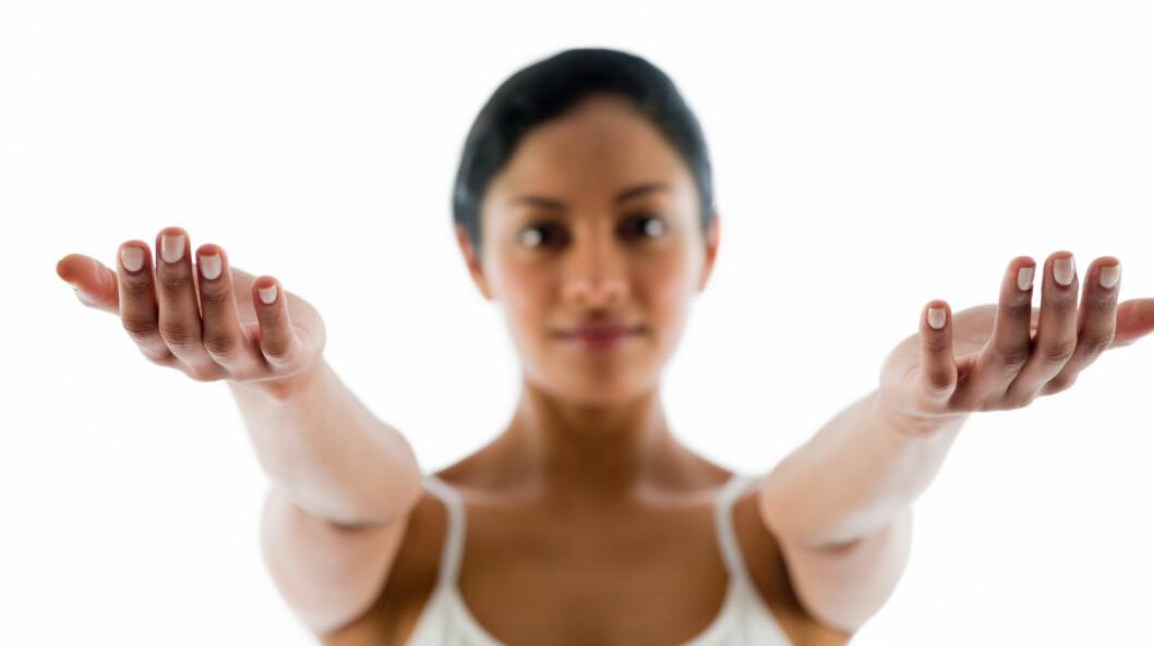 TA ARMTESTEN: Klarer du ikke løfte begge armene ut foran deg? Det kan være et tegn på drypp/hjerneslag. Foto: Image Source