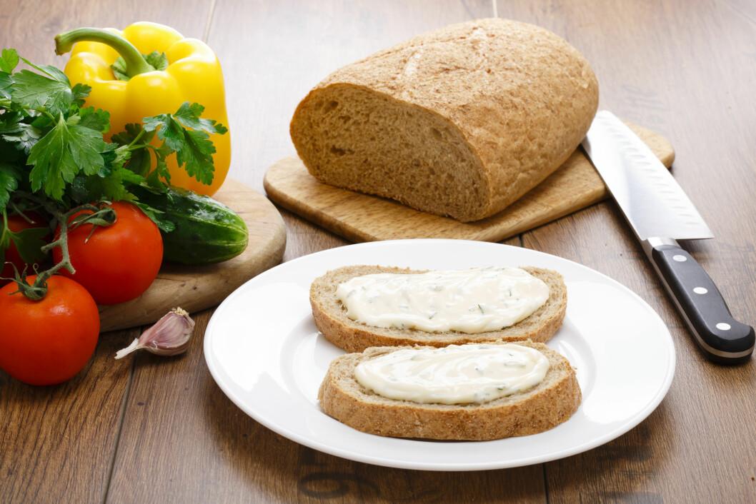 PRØV SMØREOST: Dersom du er glad i majones, kan et godt alternativ være smøreost, som ofte inneholder mye mindre kalorier.  Foto: koss13 - Fotolia