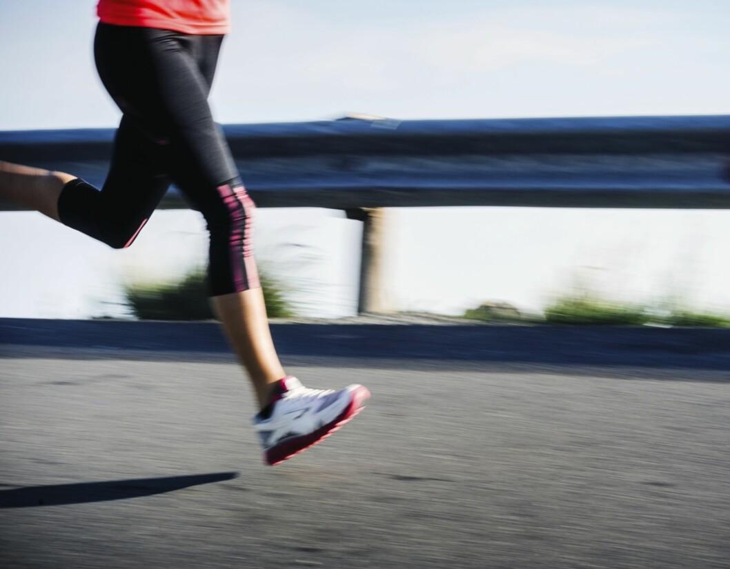 """TYNGRE UNDERLAG: Dersom du har løpt mye på tredemølle i vinter, kan det fort blir et slags """"sjokk"""" for muskulaturen din å gå rett over til å løpe på mye asfalt - det kan derfor lønne seg å starte utendørsløping gradvis, så beina rekker å venne seg til det """"nye"""" underlaget.  Foto: Thinkstock"""