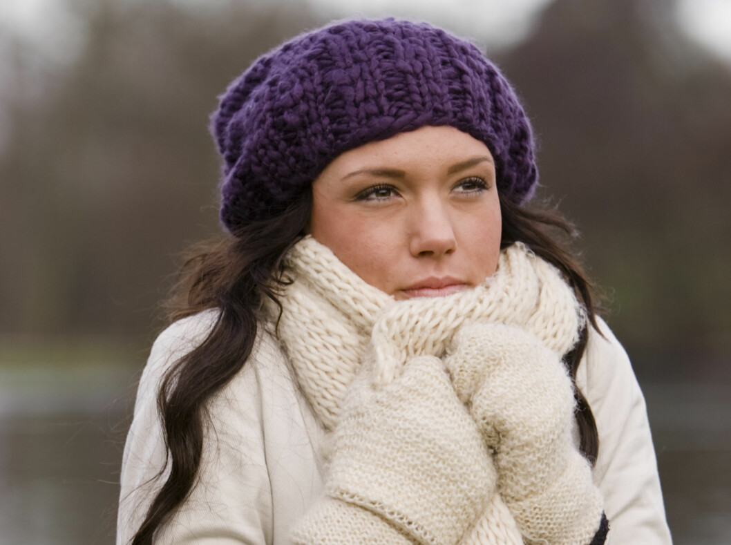 BESKYTTER: Bruk votter, vanter eller hansker når det er kaldt ute, så beskytter du neglene fra å tørke ut.  Foto: Colourbox