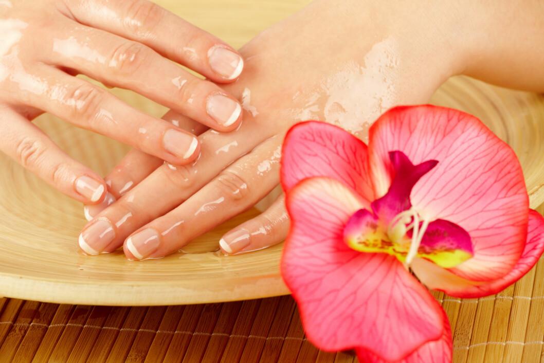 OLJEBAD: Å la neglene få noen minutter i et varmt oljebad kan være redningen når du opplever at neglene fliser seg opp og er tørre. Foto: Monika Wisniewska - Fotolia