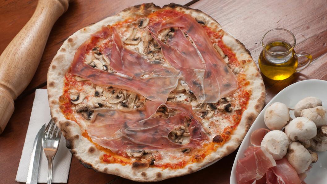 FETT MÅLTID: Du har sikkert oppdaget at det noen ganger flyter med fett eller olje på pizzaen etter steking. Noen ganger skyldes det at det er dryppet olivenolje på toppen, men som regel skyldes dette veldig feite ingredienser. Foto: michele.pautasso - Fotolia