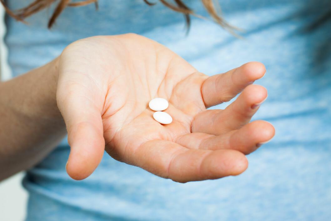 SMERTESTILLENDE: Det er lov å ty til smertestillende tabletter når du har hodepine eller tannverk, men da er det viktig å ikke overskride den anbefalte doseringen.  Foto: Johan Larson - Fotolia