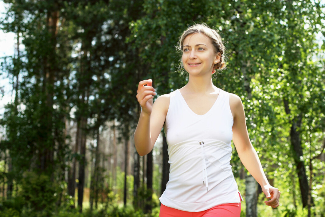 GOD GRUNN TIL Å GÅ MER: En ny studie viser at en gåtur kan være et svært effektivt grep for å redusere smerter i ryggen, men eksperten er ikke helt overbevist om at det alene er nok. Foto: Colourbox.com