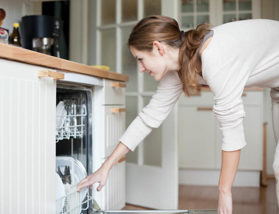 IKKE RENT: Er det lenge siden du renset oppvaskmaskinen? En kopp med salmiakk kan være en enkel løsning. Foto: lightpoet - Fotolia