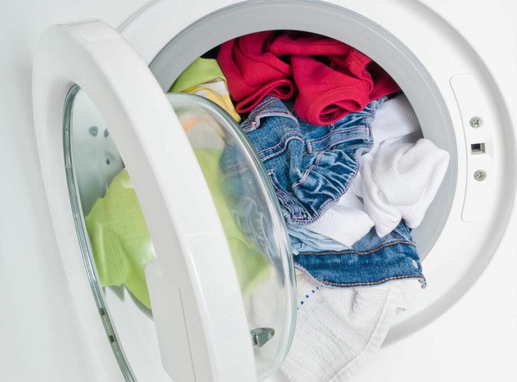 SØKKVÅTE: Dersom du opplever at klærne fortsatt er dryppende våte etter sentrifugering kan det være et tegn på at maskinen ikke klarer å tømme ut alt vannet.  Da er det på høy tid å sjekke lo-filteret. Sjansen er stor for at det er her problemet ligger. Foto: itestro - Fotolia