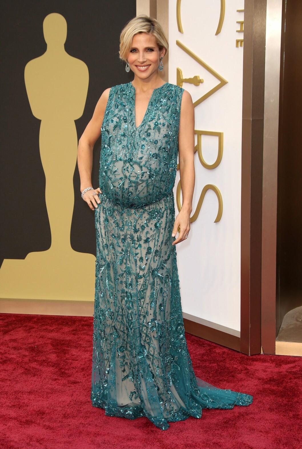 Elsa Pataky er gravid og stråler, men kjolevalget kunne kanskje vært litt heldigere... Foto: REX/Jim Smeal/BEI/All Over Press
