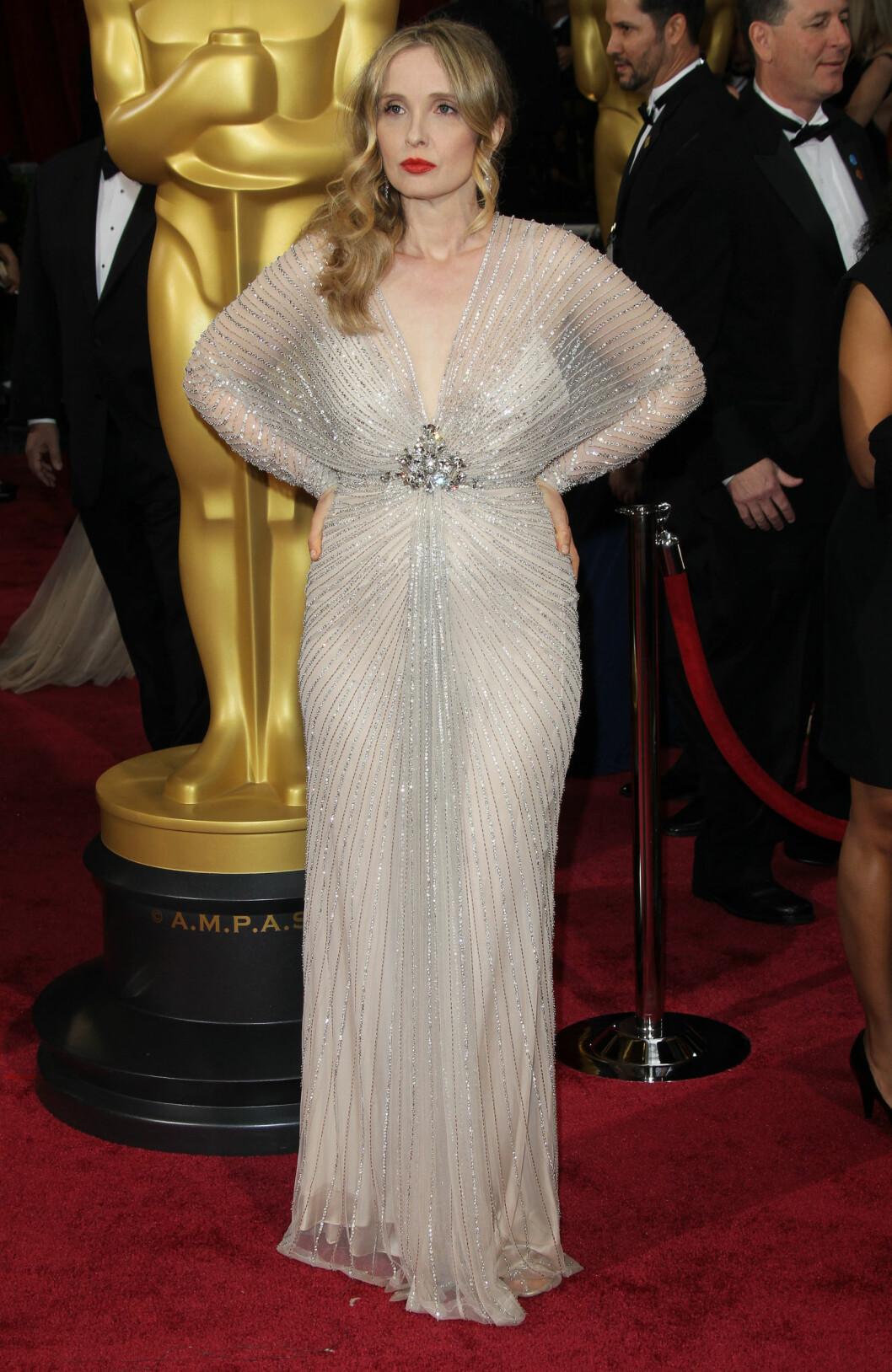 """Franske Julie Delpy fikk mye kritikk for denne """"flaggermus""""-kjolen.  Foto: Jen Lowery / Splash News/ All Over Press"""