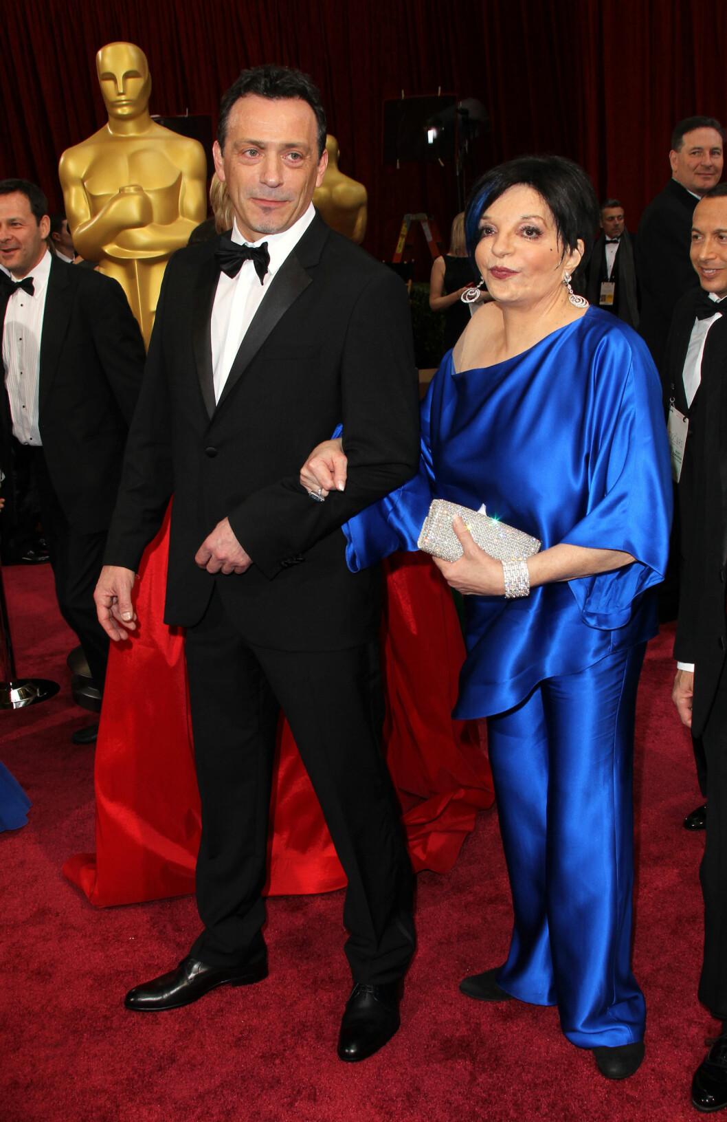 Liza Minelli hadde matchet den blå kjolen med en blå stripe i håret. Ikke helt heldig dette heller.  Foto: Jen Lowery / Splash News/ All Over Press