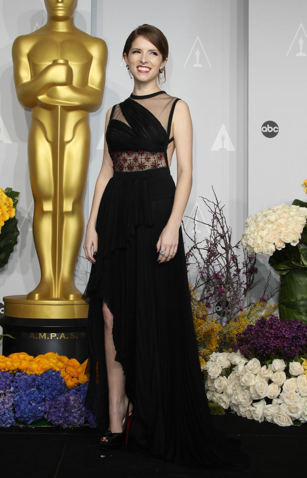 Anna Kendrick måtte dessverre tåle moteslakt for dette kjolevalget.  Foto: Jen Lowery / Splash News/ All Over Press