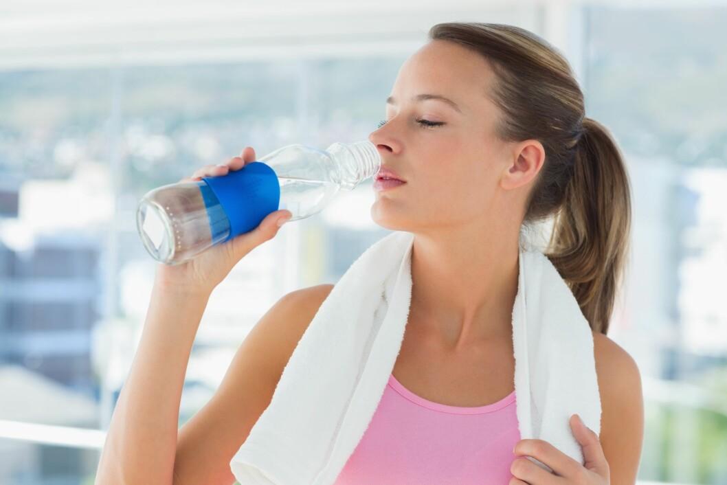 VÆSKEBALANSE: Etter å ha svettet mye er det viktig å få i deg væske som inneholder salter. Drikk farris eller sportsdrikker fremfor vann.  Foto: WavebreakMediaMicro - Fotolia