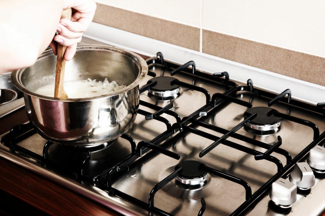 RØR RUNDT: Rør litt i risen straks du har hatt den i kjelen, og igjen etter fem minutter. Da unngår du at den kleber seg fast i bunnen, og minsker risikoen for at den brenner seg fast.