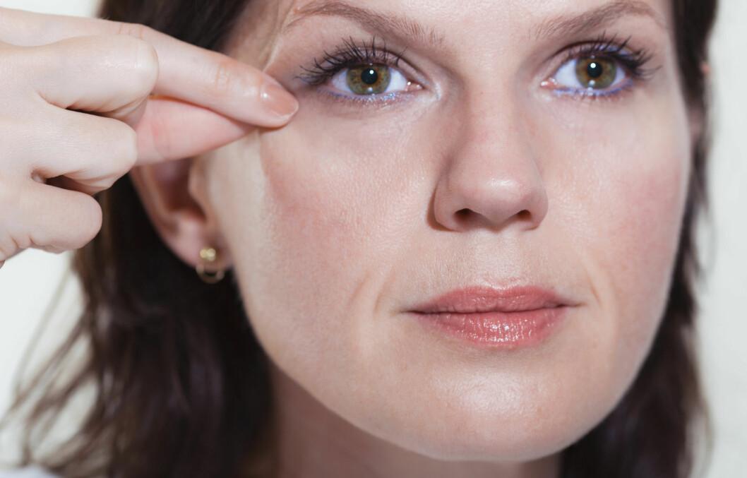 LITT YNGRE: Det er utrolig hva litt massaje kan gjøre med huden rundt øynene. Foto: Astrid Waller
