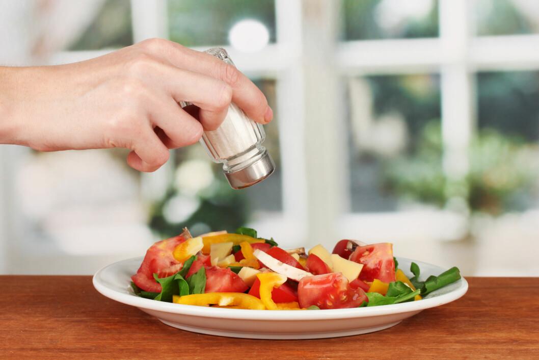 BORDSALT: Du skulle kanskje tro at bordsaltet er den største synderen når det kommer til inntak av salt, men faktisk er det ikke den største synderen. Foto: Africa Studio - Fotolia