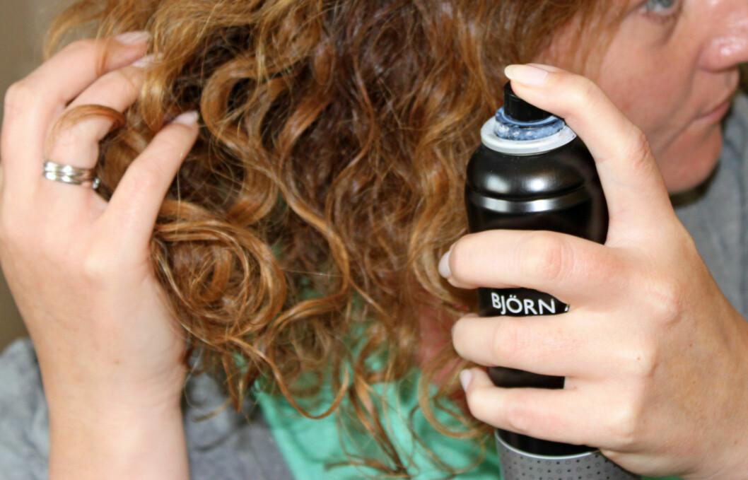 FRISKER OPP: Litt tørrsjampo ved røttene frisker opp hår som ikke er nyvasket, men er også et ypperlig stylingprodukt.  Foto: KK.no