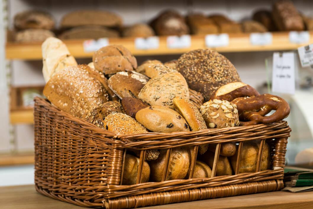 FERSK ELLER FRYST?: Ofte er ikke rundstykkene som ligger i brødavdelingen like grove som de frosne. I tillegg er de veldig ofte ikke merket godt nok med næringsinnhold. Foto: Picture-Factory - Fotolia
