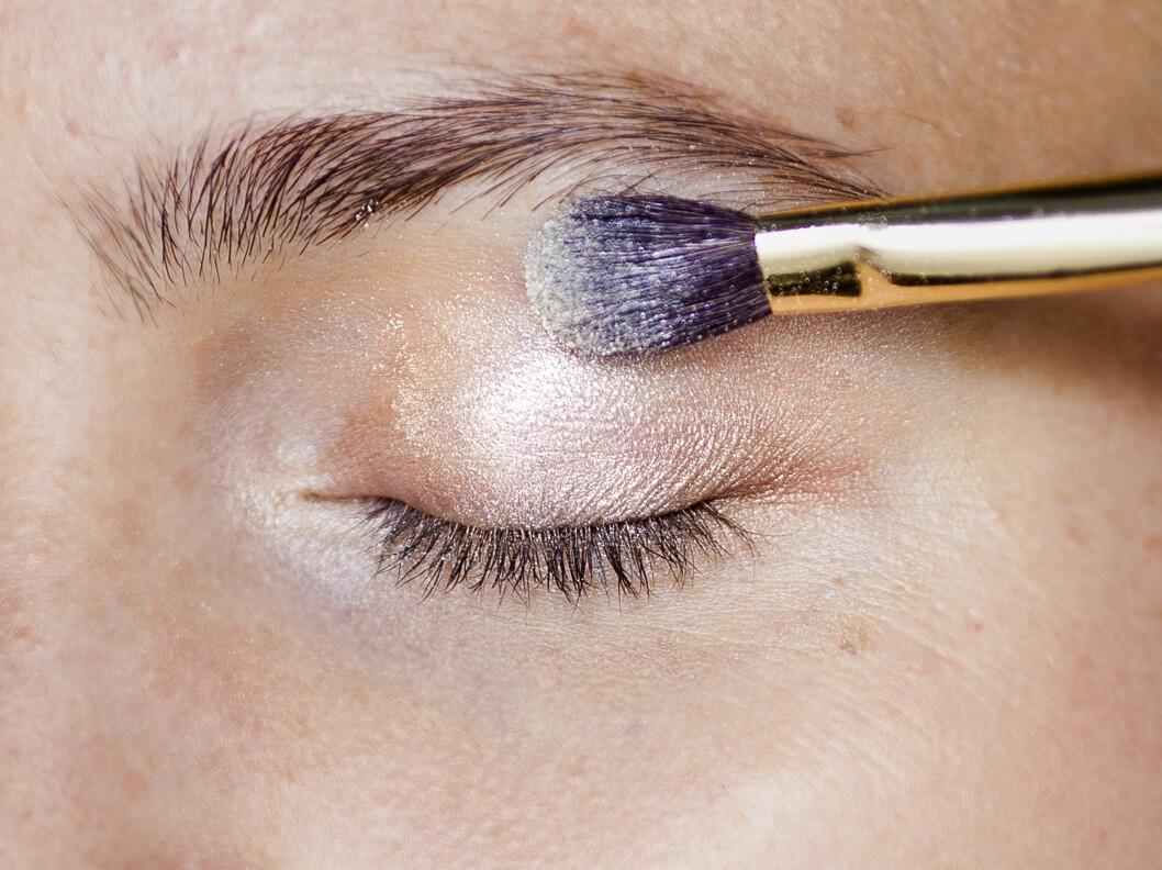 SKIMMER: Litt skimmer i skyggen reflekterer lyset og få øynene dine til å stråle. Vær veldig forsiktig med glitter, særlig om du har fine linjer rundt øynene, men lett skimmer eller glans er fint på alle. Foto: Astrid Waller