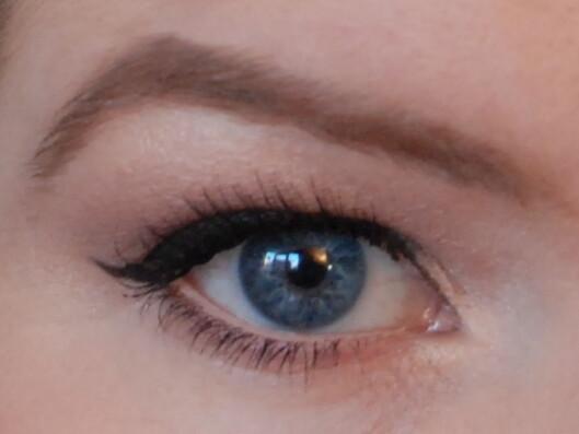 MED: En hudfarget kajal fjerner rødheten i våtkanten, som igjen får eventuell rødhet i øynene til å virke mindre rød.  Foto: Aina Kristiansen / pudderkvastrabagast.com