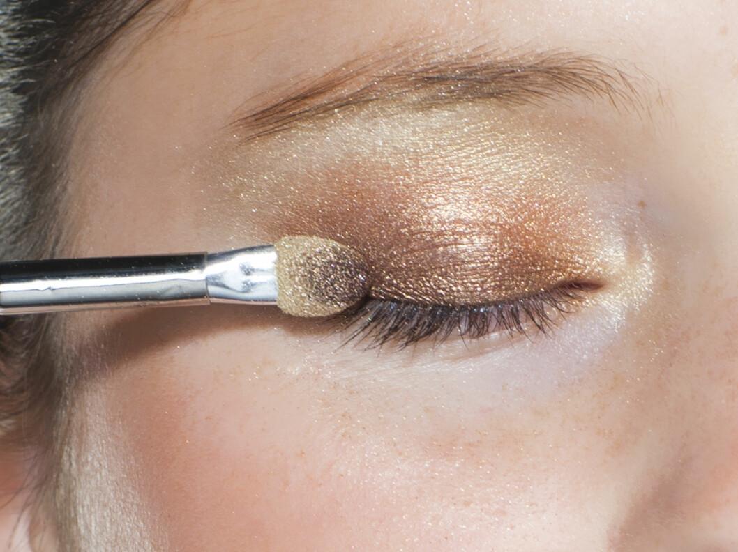 SOTET: Hvis du vil gå for en mer sminket look, kan du gjerne fokusere øyesminken til oversiden av øyet. Da holder du blikket våkent og åpent, selv om du kjenner deg trøtt.  Foto: Astrid Waller
