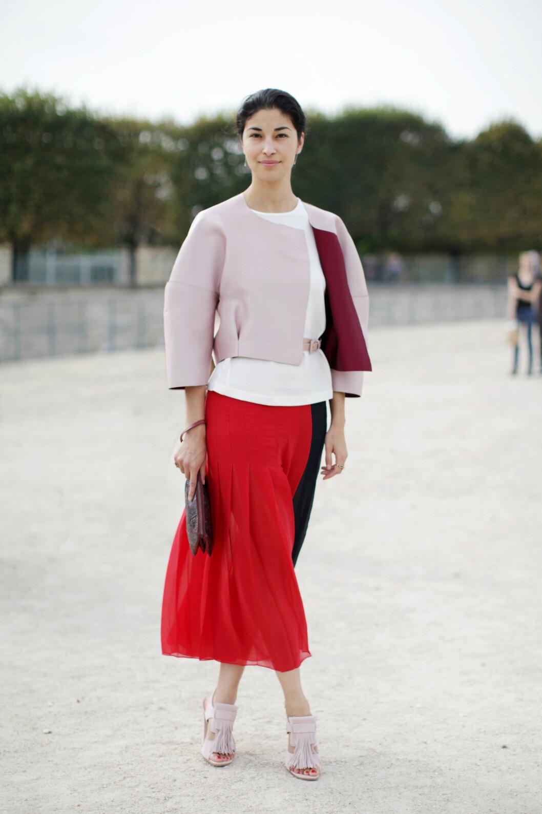 Pudret rosa + knallrødt = hot! Det viser Caroline Issa med dette antrekket. Foto: All Over Press