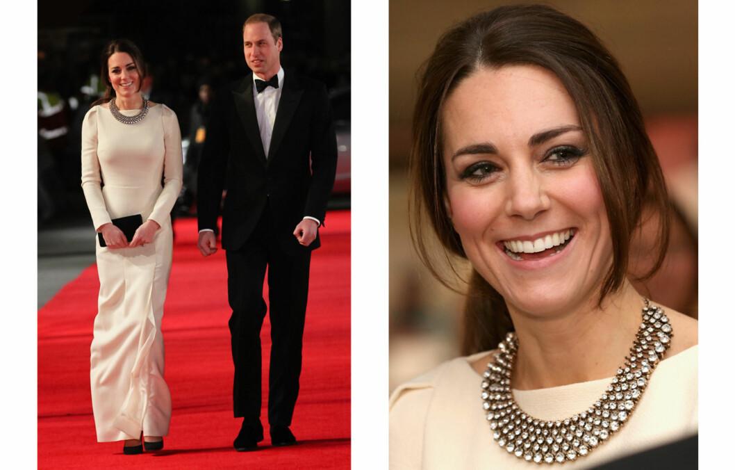 KATE MIDDLETON: Hertuginnen kom i en hvit gallakjole og statementsmykke fra Zara. Foto: All Over Press
