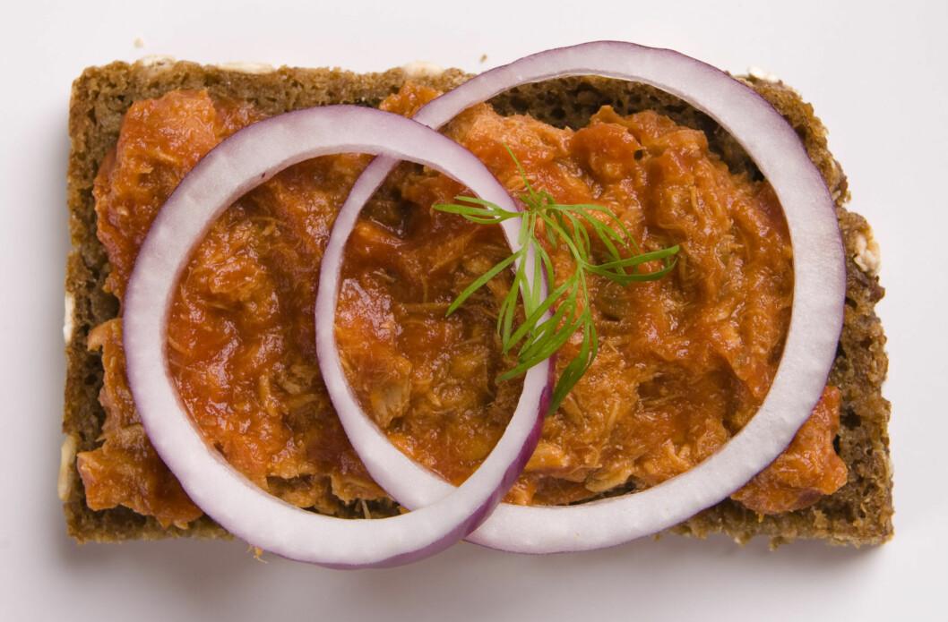 SUPERSUNT: Hvis det er et pålegg som er genialt til frokost, så er det uten tvil makrell i tomat. Det er en super kilde til omega-3, som de fleste nordmenn får for lite av.  Foto: Colourbox
