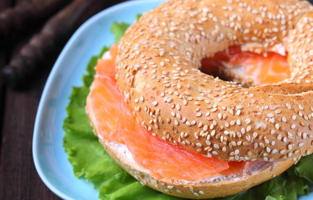 BAGELS: Selv om bagels er aldri så godt, inneholder de svært mye kalorier. Innholdet av fint mel, gjør også at blodsukkeret ditt blir ustabilt. Det er derfor langt fra den beste frokosten du kan velge.  Foto: Ustinova - Fotolia