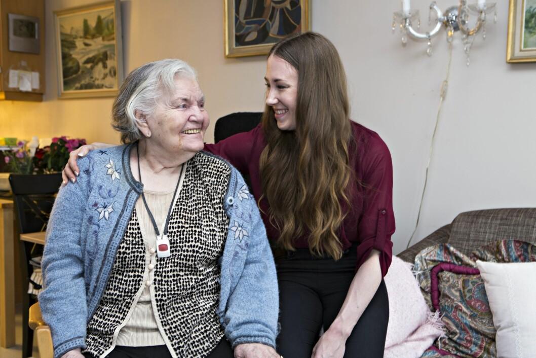 GODE VENNER: Reidun på 90 år for gjevnlig besøk at Line (frisør) og i år skal de feire jul sammen. Foto: Charlotet Wiig