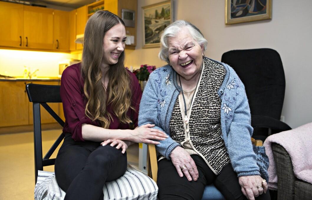 Reidun Orest (90) får jevnlig besøk av den 64 år yngre frisøren Line Hatløy Kleppe. Foto: Charlotte Wiig Foto: All Over Press Norway