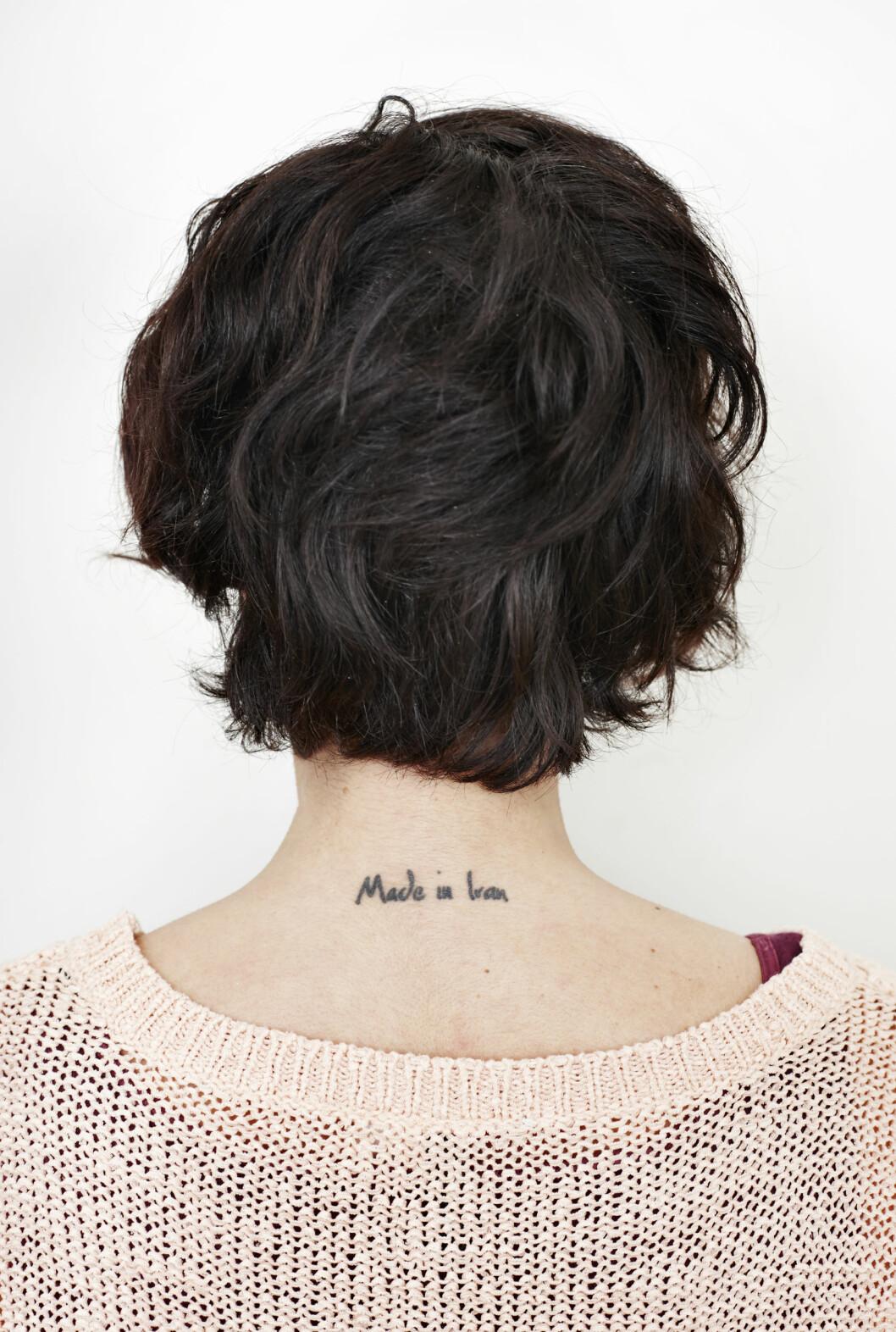 <strong>TATOVERING I NAKKEN:</strong> Lisa Tønnes tatovering levner ingen tvil om hvor hun ble født.  Foto: Geir Dokken
