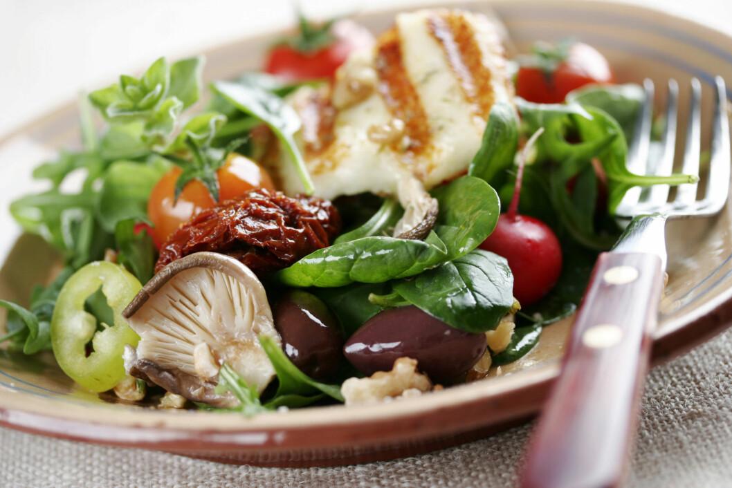 BEDRE VALG: En frisk og deilig salat, gjerne med litt protein - som kylling, er et bedre kveldsmatvalg, ifølge eksperten.  Foto: Liv Friis-larsen - Fotolia
