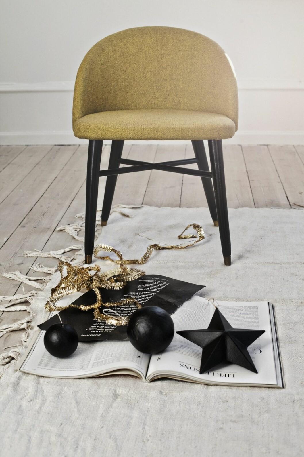 VAKKERT OG ALTERNATIVT: Kuler og stjerner malt svarte. Så enkelt blir julepynten din helt ny. Foto: Hannah Lemholt/All Over Press