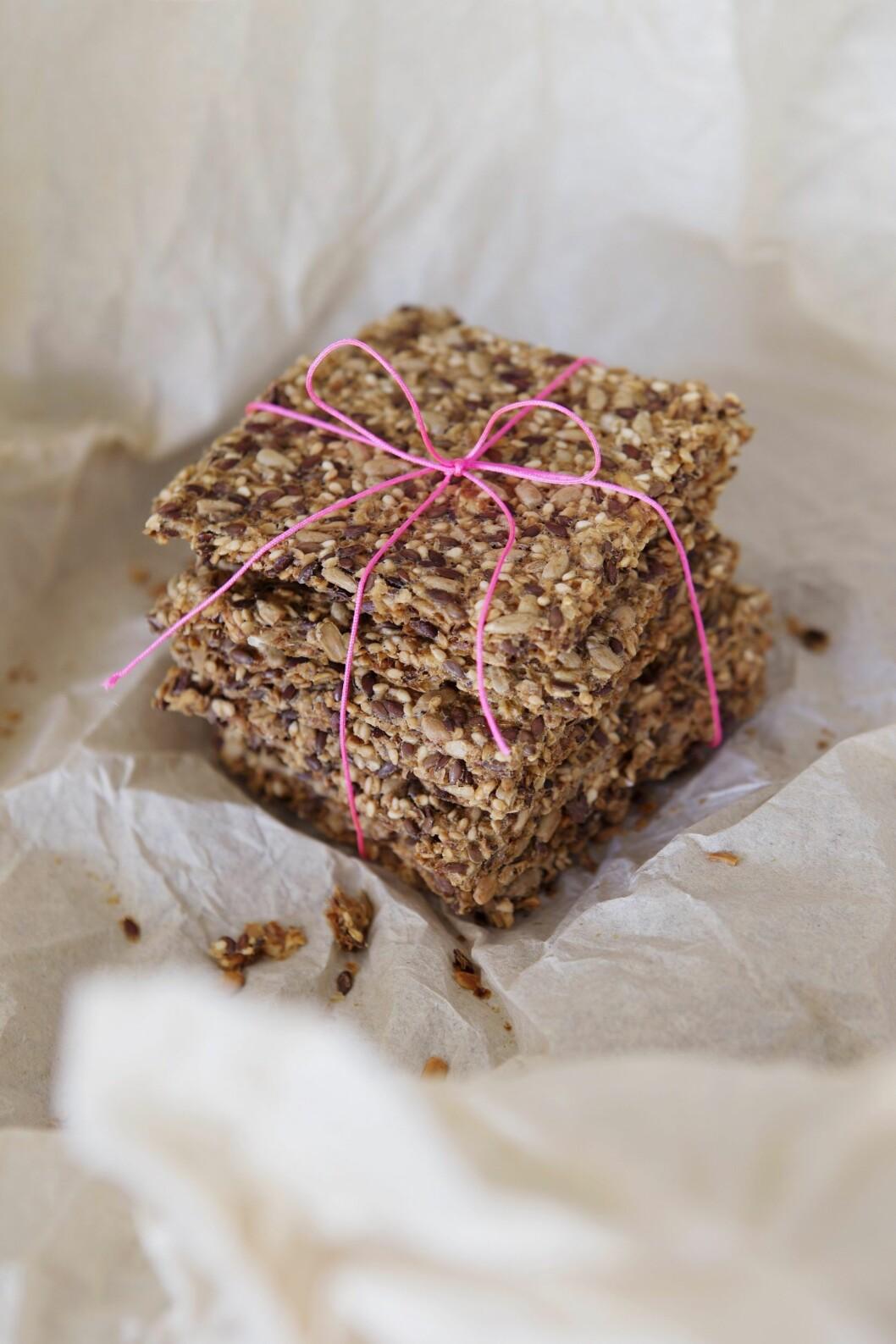 KNEKKEBRØD: Enkelt å lage – og smaker veeeldig godt. Ekstra fint blir det med rosa hyssing rundt (bolina.no). Foto: All Over Press Norway