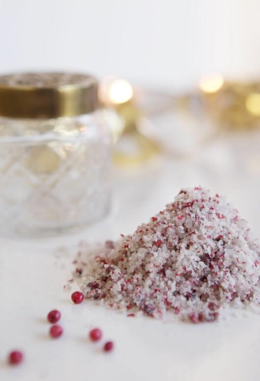 SALT & PEPPER: Det ser lekkert ut og smaker enda bedre. På bildet har det rosa saltet fått plass i et glass med messinglokk (kr 100, homeandcottage.no). Foto: All Over Press Norway