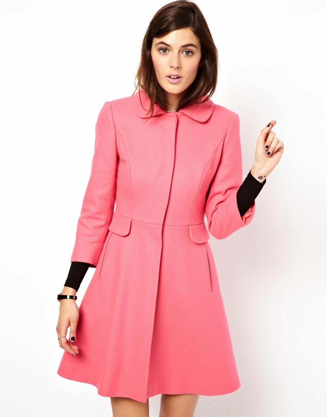 Feminin rosa kåpe med innsving og søt krage (kr 930, Asos.com).  Foto: Produsenten