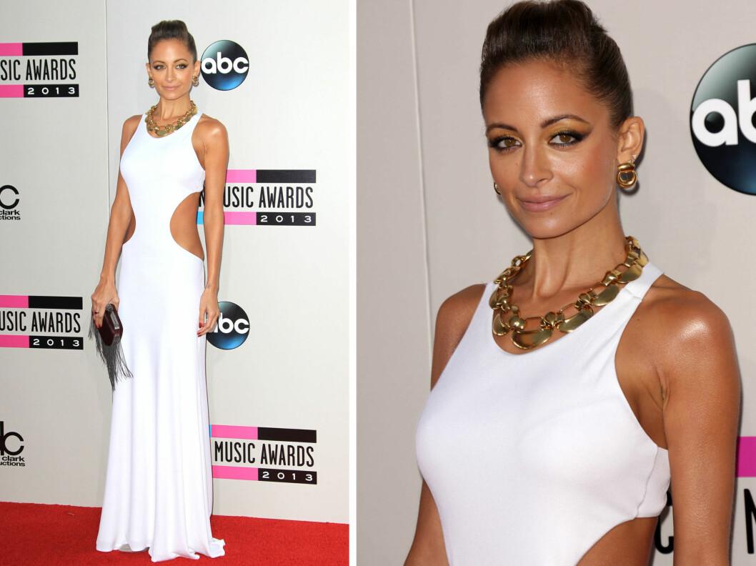 GYLLEN GLØD: Nicole Richie glødet i sin hvite kjole med utskjæringer i siden.  Foto: All Over Press