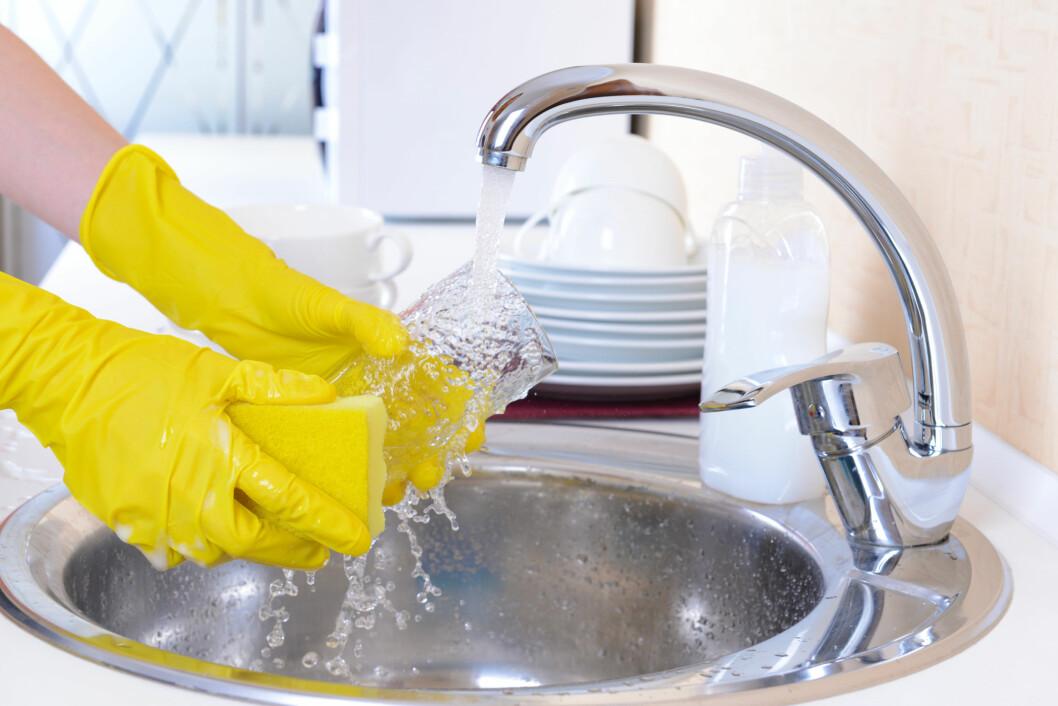 BRUK ZALO: Litt zalo med en oppvaskbørste før du setter glassene i maskinen sørger for at leppestiften blir borte. Men husk å skylle glassene godt så zaloen ikke blir med i vasken.  Foto: Africa Studio - Fotolia