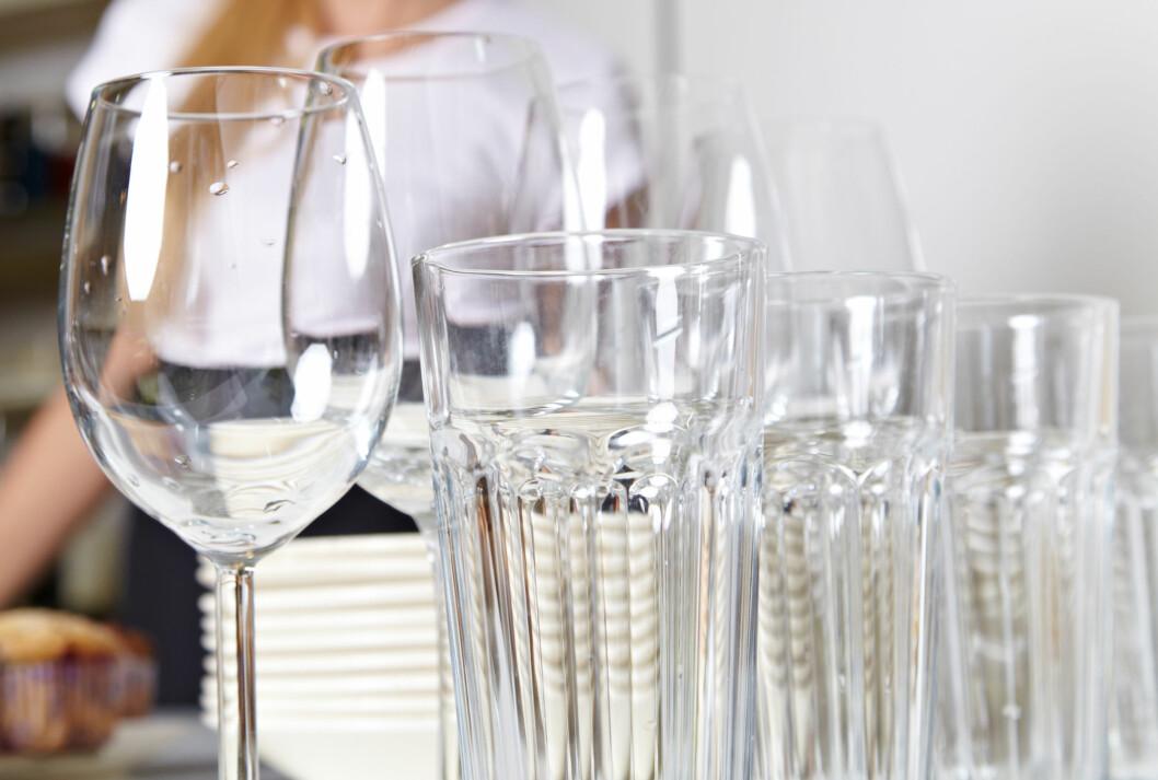 FLEKKFRIE GLASS: Med triks som gjør det lettere å vaske, og triks som gjør at leppestiften sitter bedre, er du garantert helt rene glass.  Foto: Robert Kneschke - Fotolia