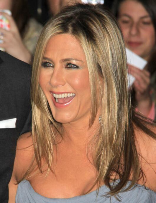 FARGER VIPPENE: Jennifer Aniston skal visst være glad i en mindre sminket look til hverdags, og da er farging av øyevippene et genialt triks.  Foto: REX/Broadimage/All Over Press